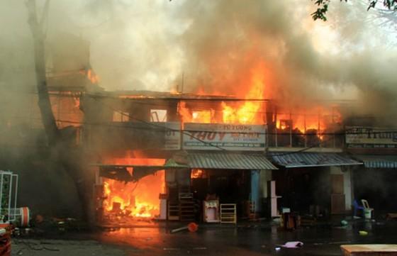 Hỏa hoạn thiêu rụi 2 tàu cá đang neo đậu và 3 nhà dân gần đó ảnh 1