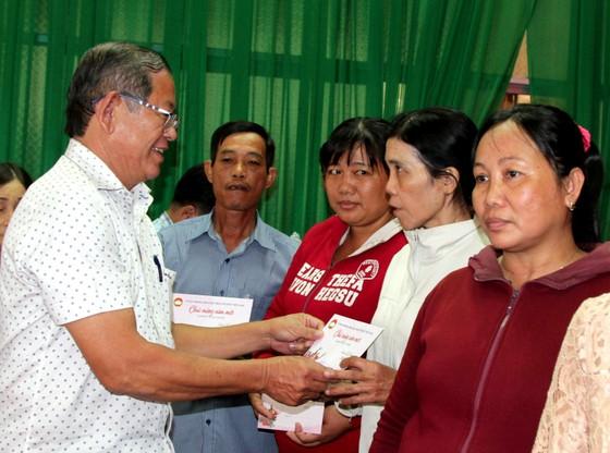 Chủ tịch Ủy ban Trung ương MTTQ Việt Nam trao quà cho hộ nghèo tại TP Cần Thơ ảnh 2