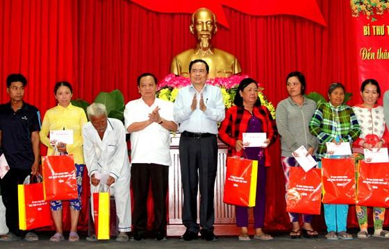 Chủ tịch Ủy ban Trung ương MTTQ Việt Nam trao quà cho hộ nghèo tại TP Cần Thơ ảnh 1