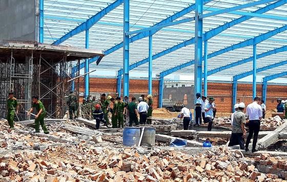 Hé lộ nguyên nhân sập bức tường khiến 6 công nhân chết ở Vĩnh Long  ảnh 1