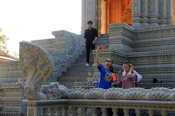 Ngôi chùa thu hút đông đảo giới trẻ miền Tây kéo đến check-in ảnh 2