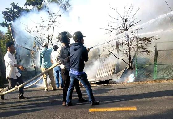 Trong cơn ngáo đá phóng hỏa thiêu rụi 3 căn nhà ảnh 1