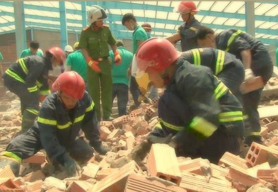 Sự cố sập bức tường ở Vĩnh Long con số tử vong đã tăng lên 7 người ảnh 1
