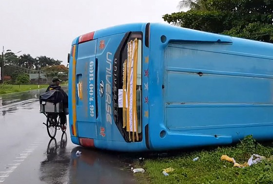 Xe khách lật trên Quốc lộ, nhiều hành khách la hét hoảng loạn ảnh 1