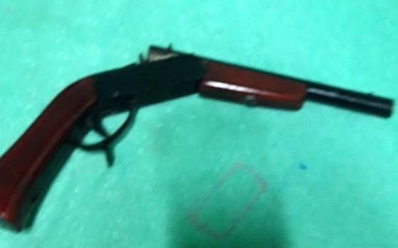 Thanh niên dùng súng khống chế 4 người trong trụ sở Ban chỉ huy quân sự xã ảnh 1