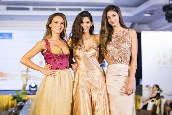 Hoa hậu Áo trình diễn trang phục dân tộc tại Việt Nam ảnh 1