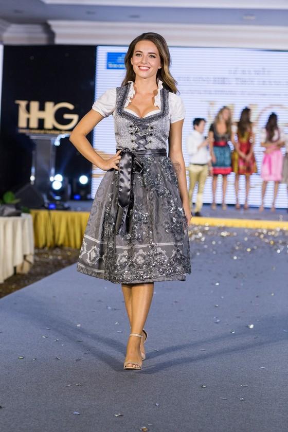 Hoa hậu Áo trình diễn trang phục dân tộc tại Việt Nam ảnh 3