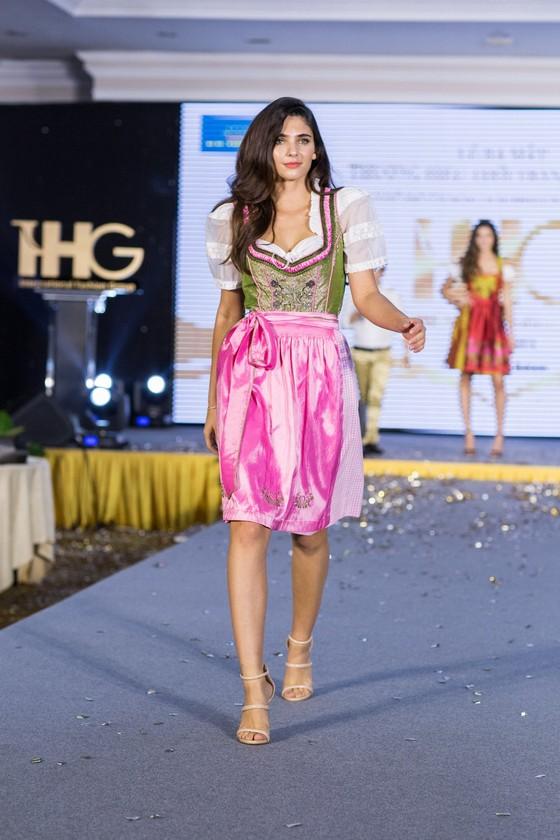 Hoa hậu Áo trình diễn trang phục dân tộc tại Việt Nam ảnh 4