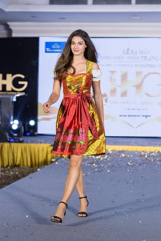 Hoa hậu Áo trình diễn trang phục dân tộc tại Việt Nam ảnh 5