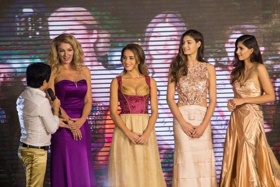 Hoa hậu Áo trình diễn trang phục dân tộc tại Việt Nam ảnh 6