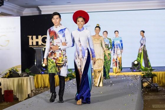 Hoa hậu Áo trình diễn trang phục dân tộc tại Việt Nam ảnh 8