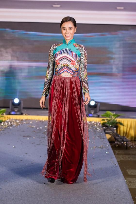 Hoa hậu Áo trình diễn trang phục dân tộc tại Việt Nam ảnh 9