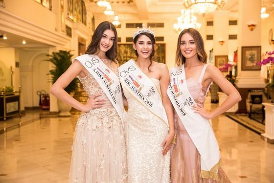 Hoa hậu Áo trình diễn trang phục dân tộc tại Việt Nam ảnh 2