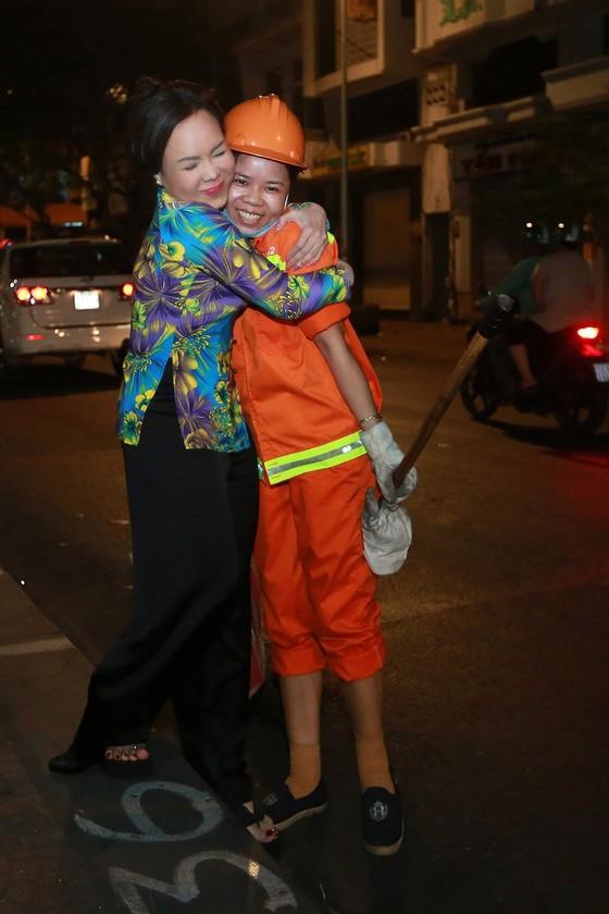 Việt Hương đi xe máy trao quà tết cho người nghèo giữa đêm ảnh 2