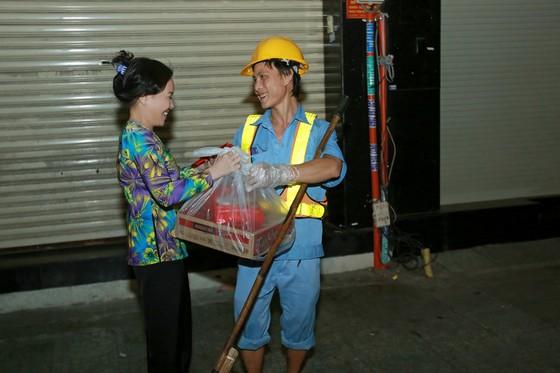 Việt Hương đi xe máy trao quà tết cho người nghèo giữa đêm ảnh 3