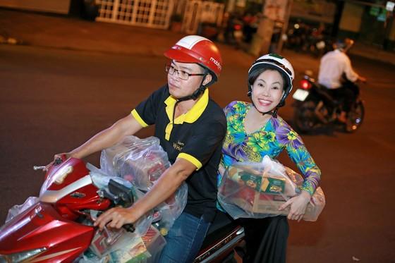 Việt Hương đi xe máy trao quà tết cho người nghèo giữa đêm ảnh 1