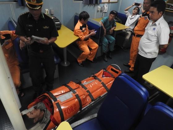 VIDEO: Vượt gió bão biển Đông cấp 12 cứu ngư dân gặp nạn  ảnh 4