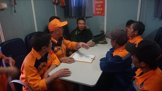 Tàu SAR 274 cứu thành công 4 thuyền viên cùng tàu cá gặp nạn trên biển  ảnh 3