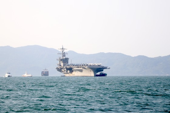 Tận mắt chiêm ngưỡng tàu sân bay USS Carl Vinson tại Đà Nẵng ảnh 1
