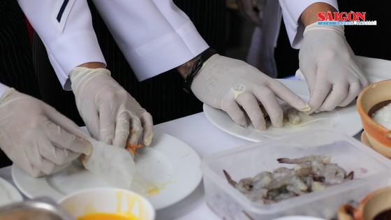 Hải quân Mỹ tập làm món ăn Việt Nam ảnh 12