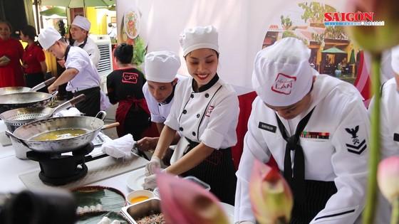 Hải quân Mỹ tập làm món ăn Việt Nam ảnh 1