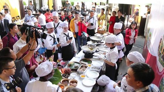 Hải quân Mỹ tập làm món ăn Việt Nam ảnh 13