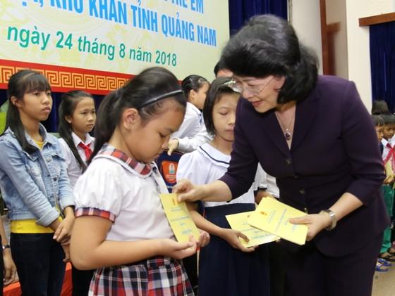 Phó Chủ tịch nước Đặng Thị Ngọc Thịnh tặng quà cho học sinh khó khăn ở Quảng Nam ảnh 1