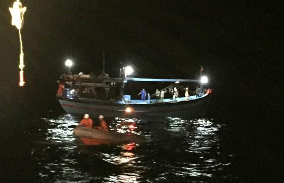 Cứu 8 thuyền viên gặp nạn tại vùng đánh bắt chung Việt Nam và Trung Quốc ảnh 1
