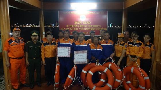 Cứu 8 thuyền viên gặp nạn tại vùng đánh bắt chung Việt Nam và Trung Quốc ảnh 4