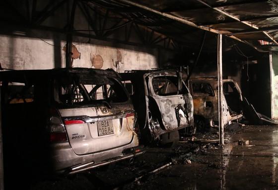 Cháy garage, nhiều ô tô bị thiêu rụi  ảnh 1