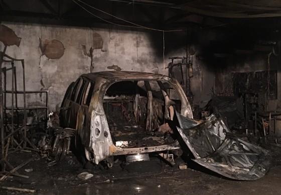 Cháy garage, nhiều ô tô bị thiêu rụi  ảnh 2