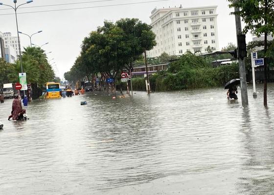 Mưa to trắng đêm, nhiều khu vực TP Đà Nẵng ngập nặng  ảnh 15