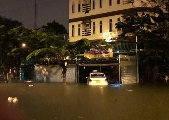 Mưa to trắng đêm, nhiều khu vực TP Đà Nẵng ngập nặng  ảnh 2