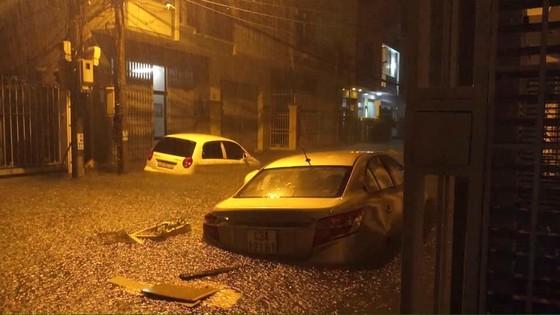Mưa to trắng đêm, nhiều khu vực TP Đà Nẵng ngập nặng  ảnh 5