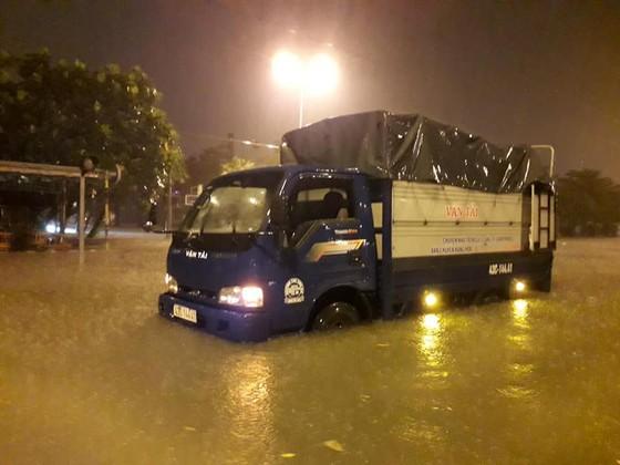 Mưa to trắng đêm, nhiều khu vực TP Đà Nẵng ngập nặng  ảnh 6