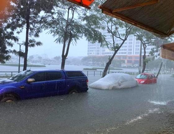 Mưa to trắng đêm, nhiều khu vực TP Đà Nẵng ngập nặng  ảnh 8