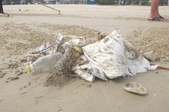 Đà Nẵng: Ra quân dọn sạch các bãi biển du lịch sau mưa lớn ảnh 3
