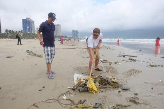 Đà Nẵng: Ra quân dọn sạch các bãi biển du lịch sau mưa lớn ảnh 4