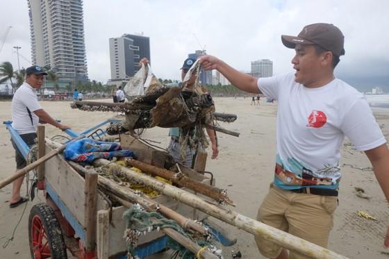 Đà Nẵng: Ra quân dọn sạch các bãi biển du lịch sau mưa lớn ảnh 6