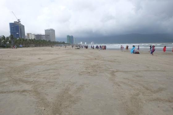 Đà Nẵng: Ra quân dọn sạch các bãi biển du lịch sau mưa lớn ảnh 10