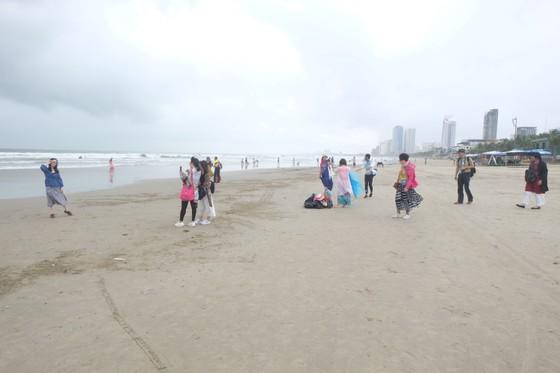 Đà Nẵng: Ra quân dọn sạch các bãi biển du lịch sau mưa lớn ảnh 11