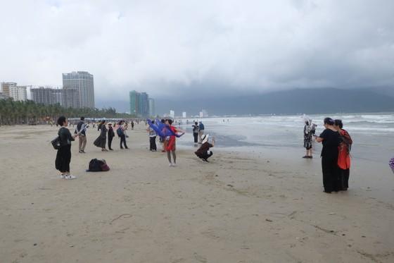 Đà Nẵng: Ra quân dọn sạch các bãi biển du lịch sau mưa lớn ảnh 12