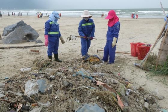 Đà Nẵng: Ra quân dọn sạch các bãi biển du lịch sau mưa lớn ảnh 7