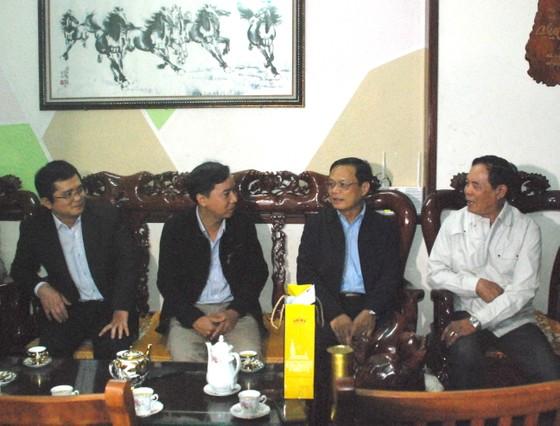 Chủ tịch UBND huyện Hoàng Sa thăm và tặng quà các nhân chứng  ảnh 1
