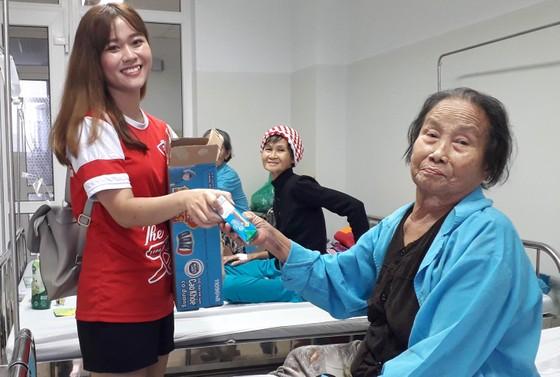 Mang Xuân đến cho bệnh nhân ung thư ảnh 2