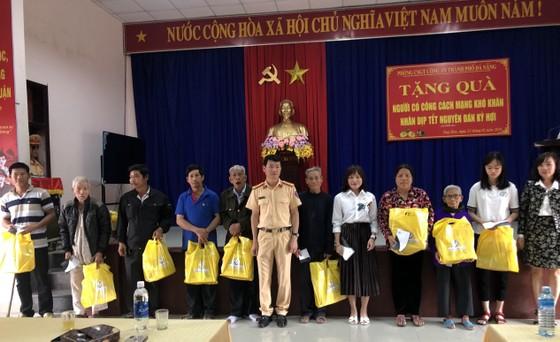 CSGT Công an TP Đà Nẵng tặng 30 suất quà tết cho các gia đình có công cách mạng ảnh 1