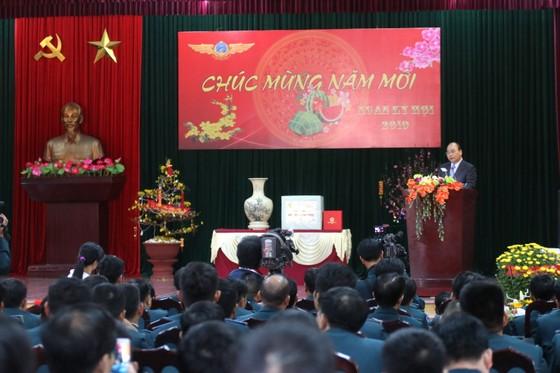 Thủ tướng Nguyễn Xuân Phúc thăm và chúc Tết cán bộ, chiến sĩ Sư đoàn không quân 372 ảnh 2