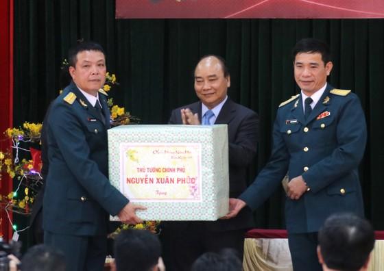 Thủ tướng Nguyễn Xuân Phúc thăm và chúc Tết cán bộ, chiến sĩ Sư đoàn không quân 372 ảnh 4