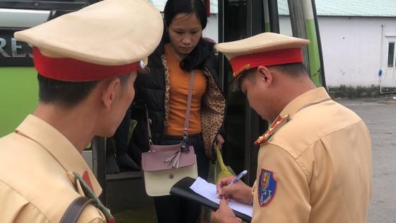 Xe biển số Lào hết hạn kiểm định, chở quá số người quy định ảnh 1