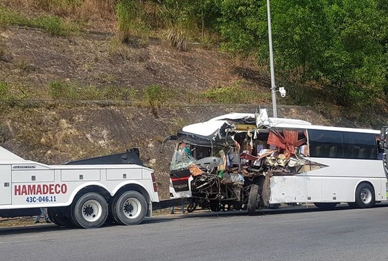 Xe khách và xe đầu kéo đấu đầu, 11 người bị thương ảnh 1